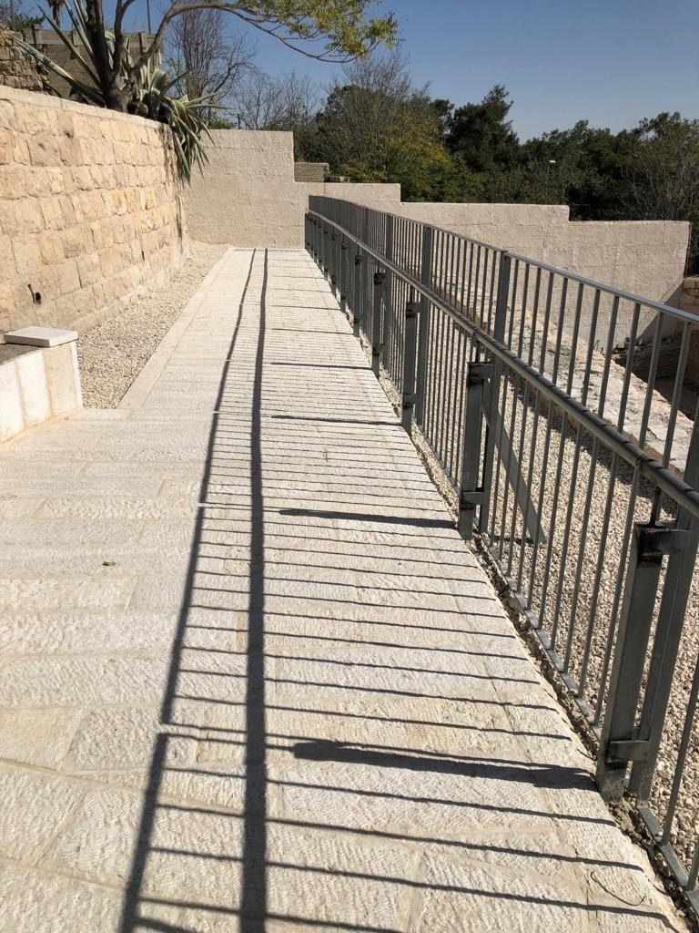 Geländer auf der Grabung Zionsberg